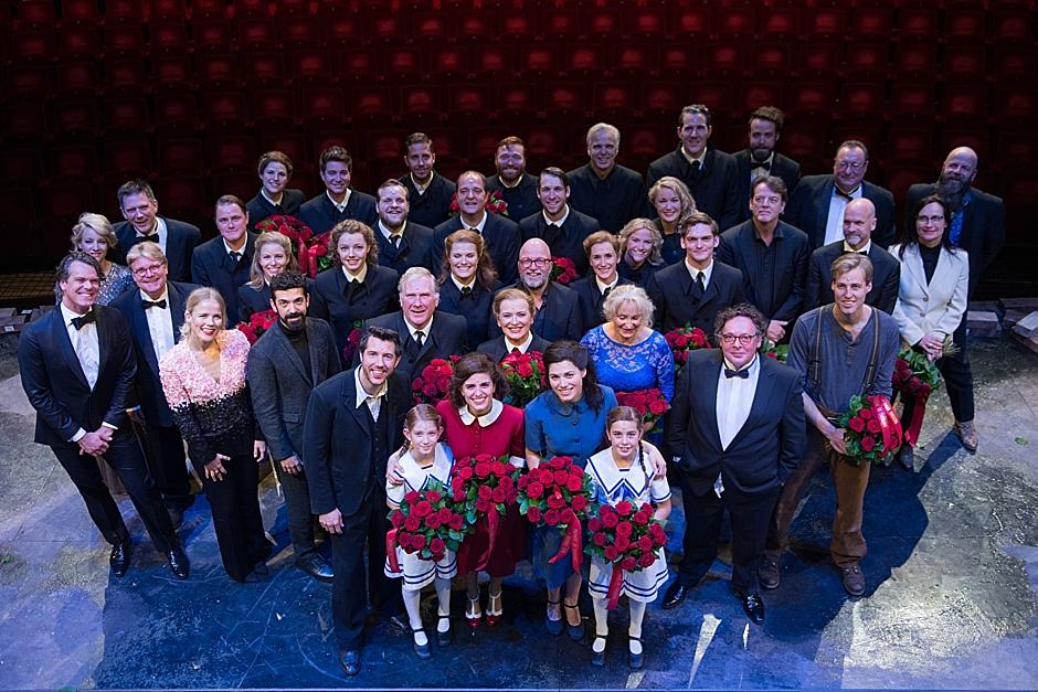 De cast en creatives van De Tweeling tijdens de première van de musical De Tweeling in het DeLaMar Theater