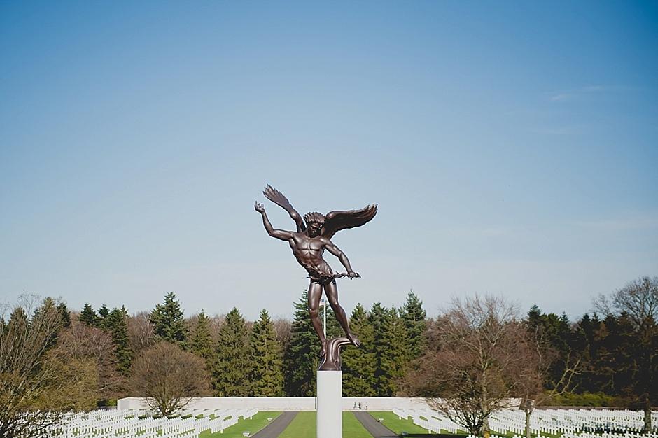 Standbeeld op de Amerikaanse begraafplaats gefotografeerd tijdens een persreis door België