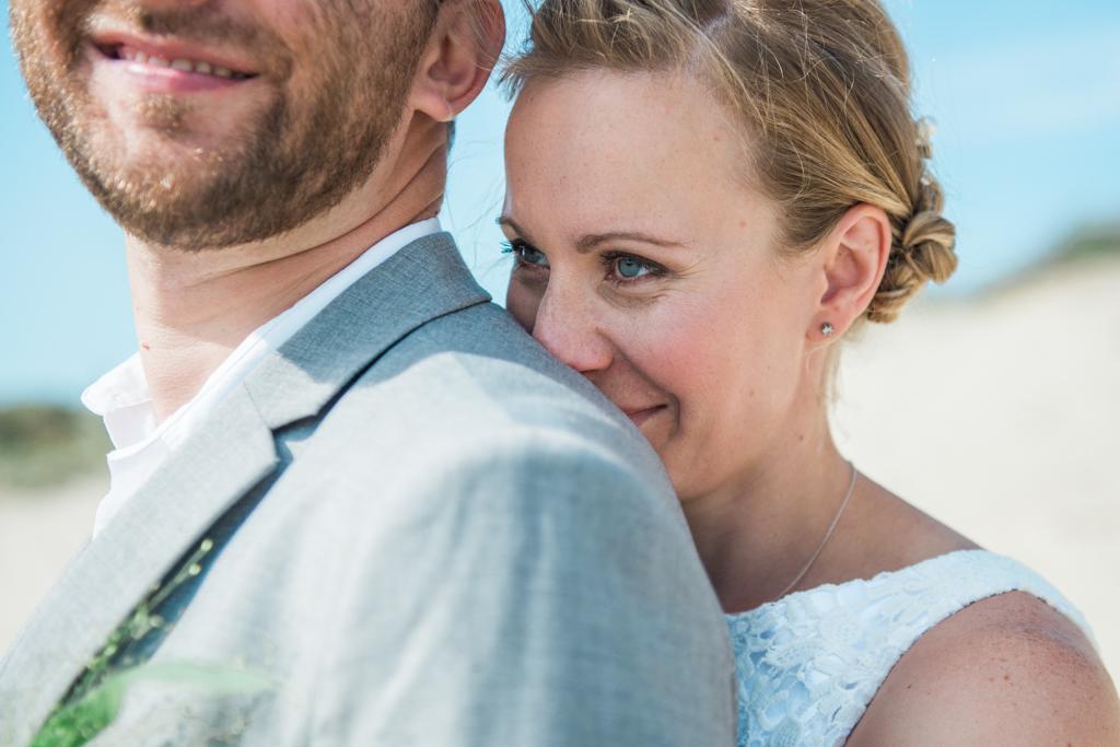 Close-up van bruidspaar in de duinen bij Kijkduin