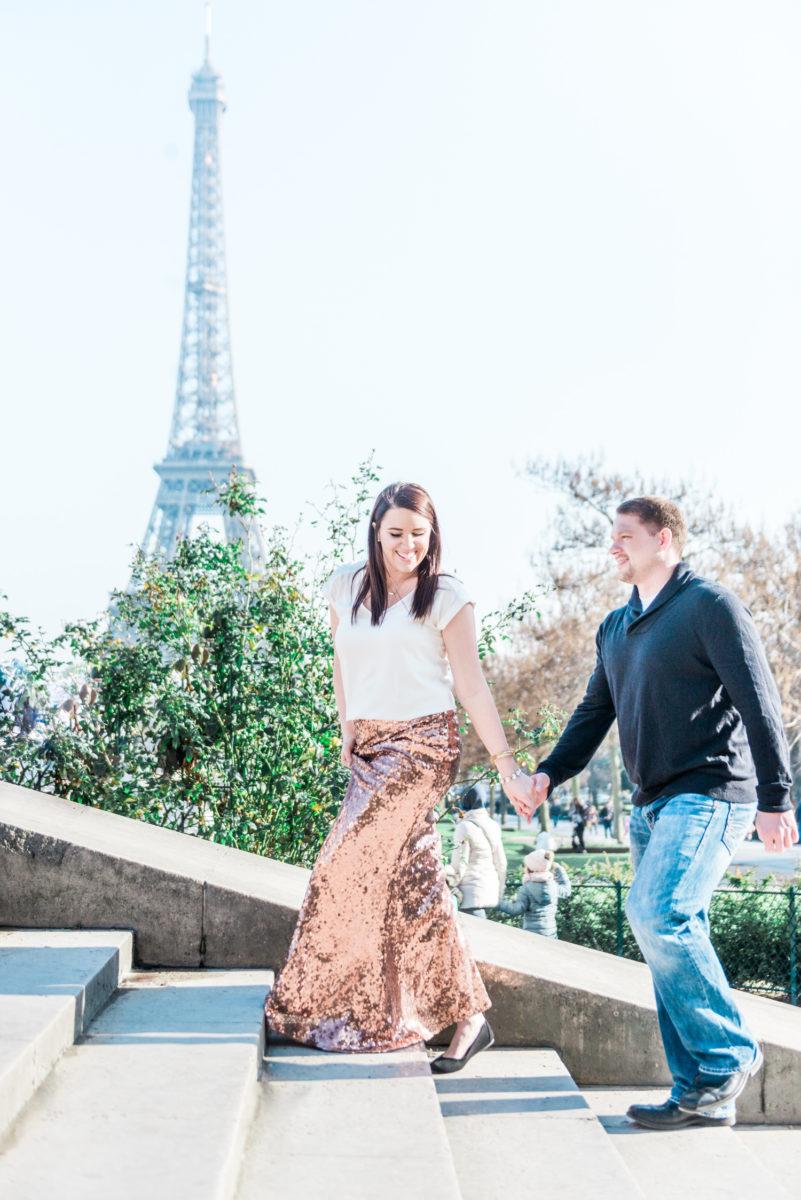 Een koppel tijdens hun love shoot in Parijs, op de trappen van het Trocadéro nabij de Eiffeltoren