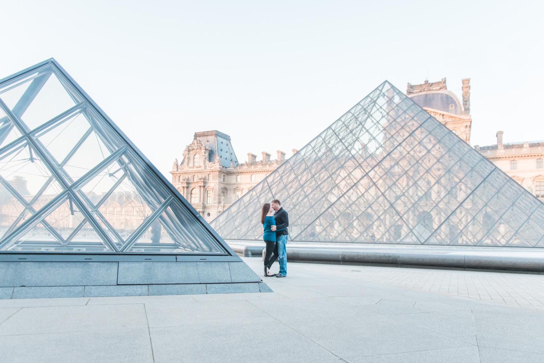 Een stel poseert bij het Louvre museum in Parijs