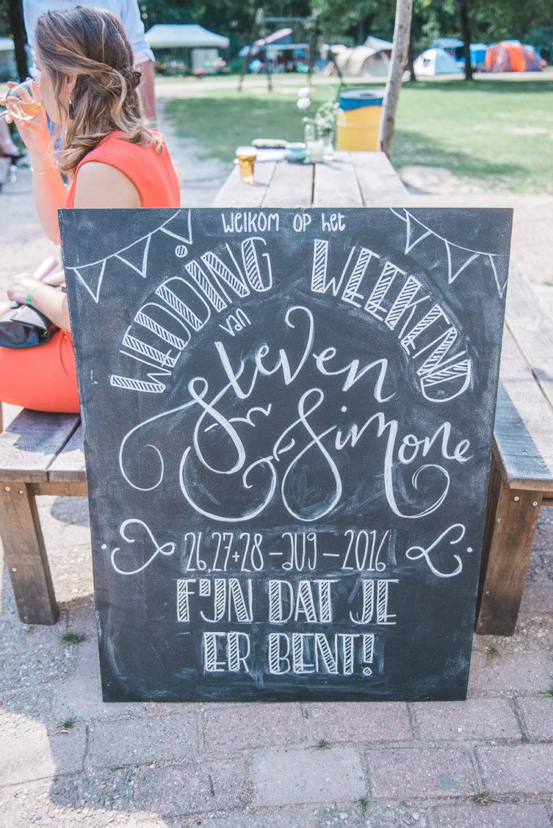 Handlettered krijtbord welkom bord voor een bruiloft