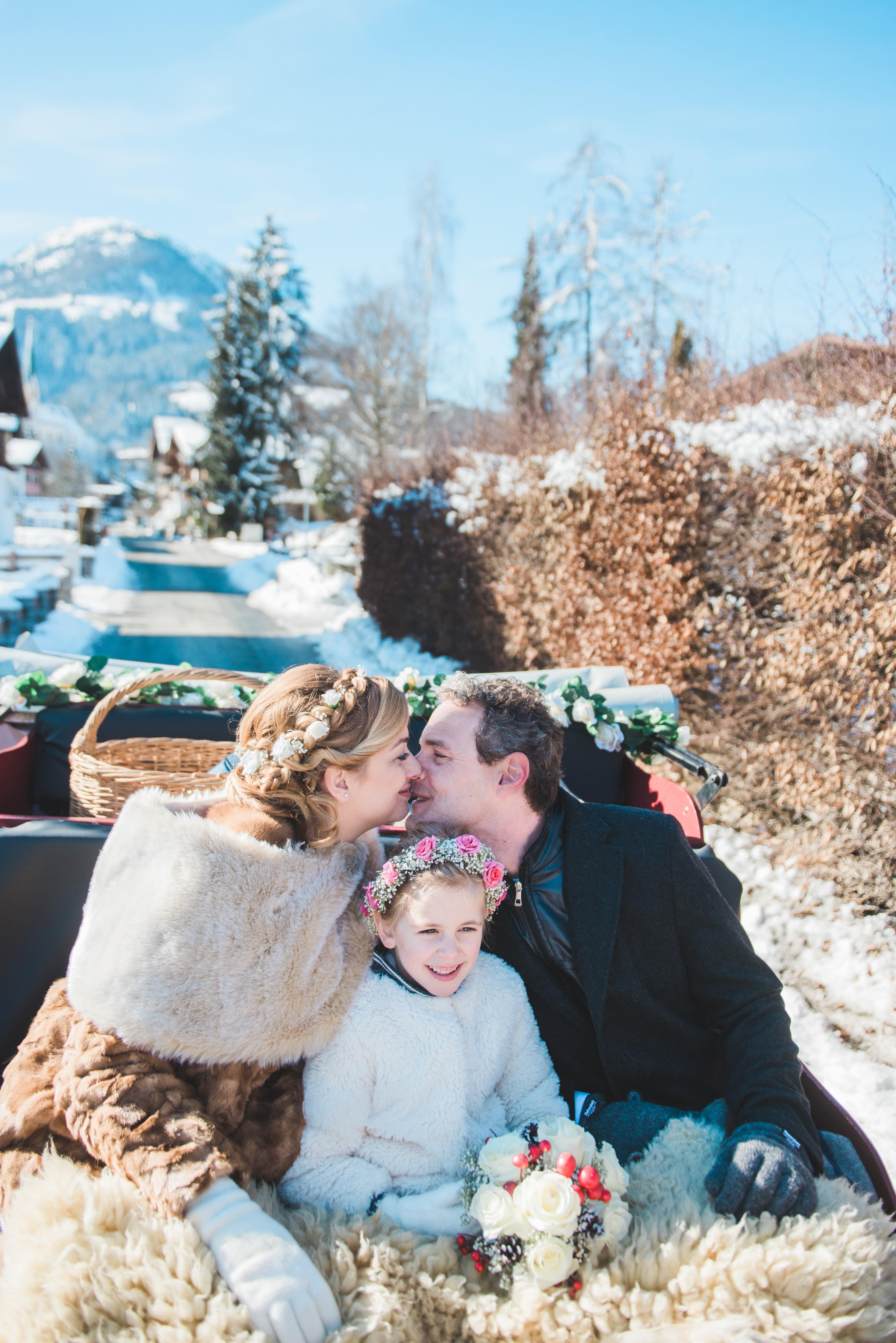 Trouwfoto in een slee gemaakt in Kirchberg door een trouwfotograaf in Oostenrijk