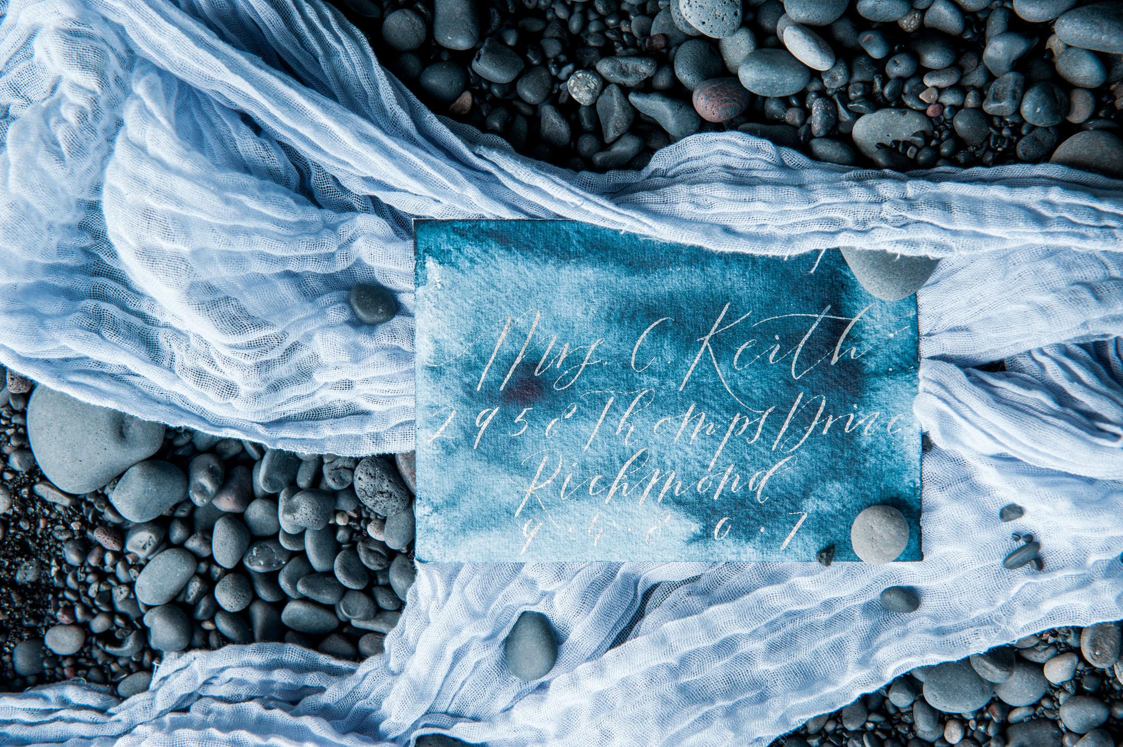 Trouwkaart op het strand van Vik in IJsland, door Studio Blauw - Moderne Kalligrafie. Vastgelegd door bruidsfotograaf IJsland