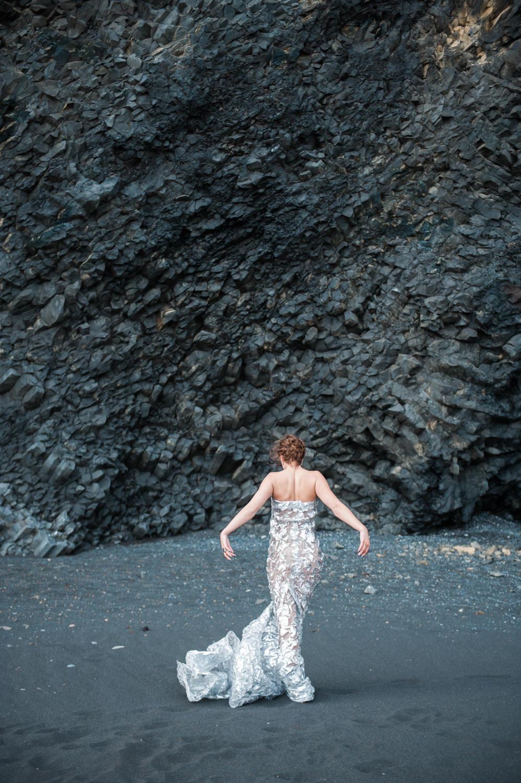 Bruid op black sand beach in Vik op IJsland vastgelegd door trouwfotograaf IJsland