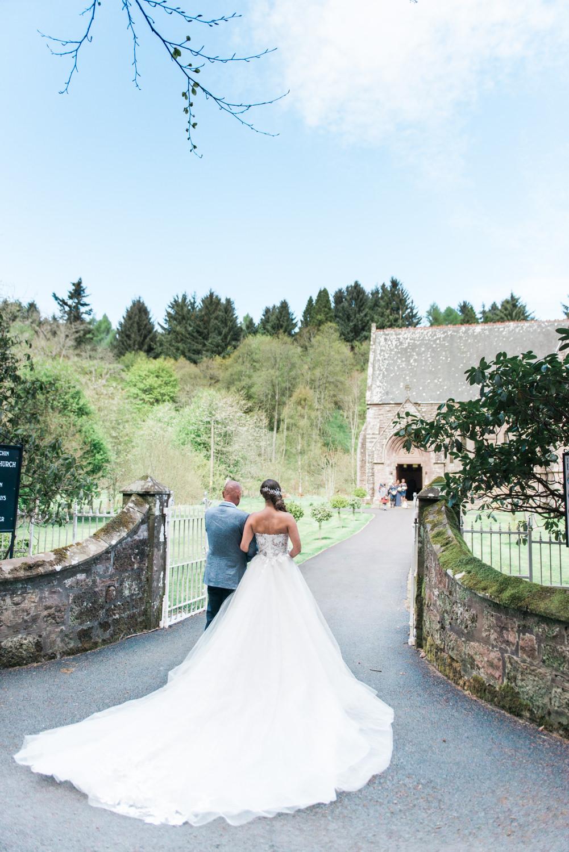 Trouwfotograaf Engeland: Bruid en haar vader lopen naar St. Palladius Church in Aberdeenshire in Schotland, vastgelegd door Wit Photography