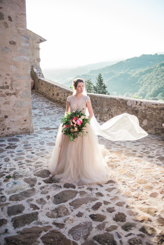 Een fotoshoot met een bruid tijdens een zonsopgang in Italië