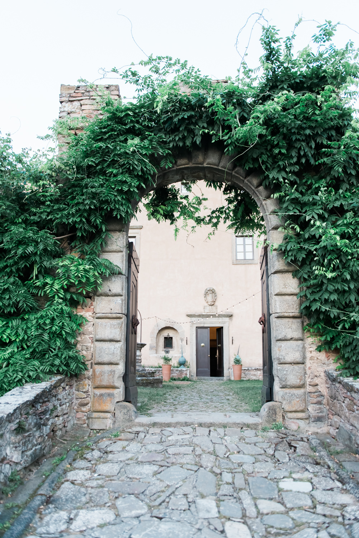 Poort die toegang geeft tot een kasteel in Toscane in Italië