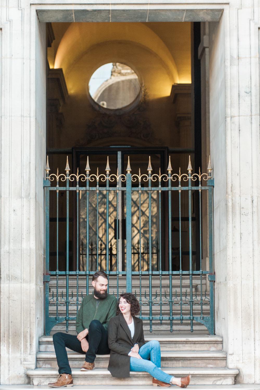 Een man en vrouw bij het Louvre gefotografeerd door een trouwfotograaf in Parijs