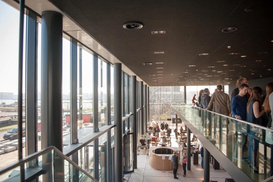 Boven aan de trap in Theater Amsterdam tijdens de rondleiding van de opening van het theater