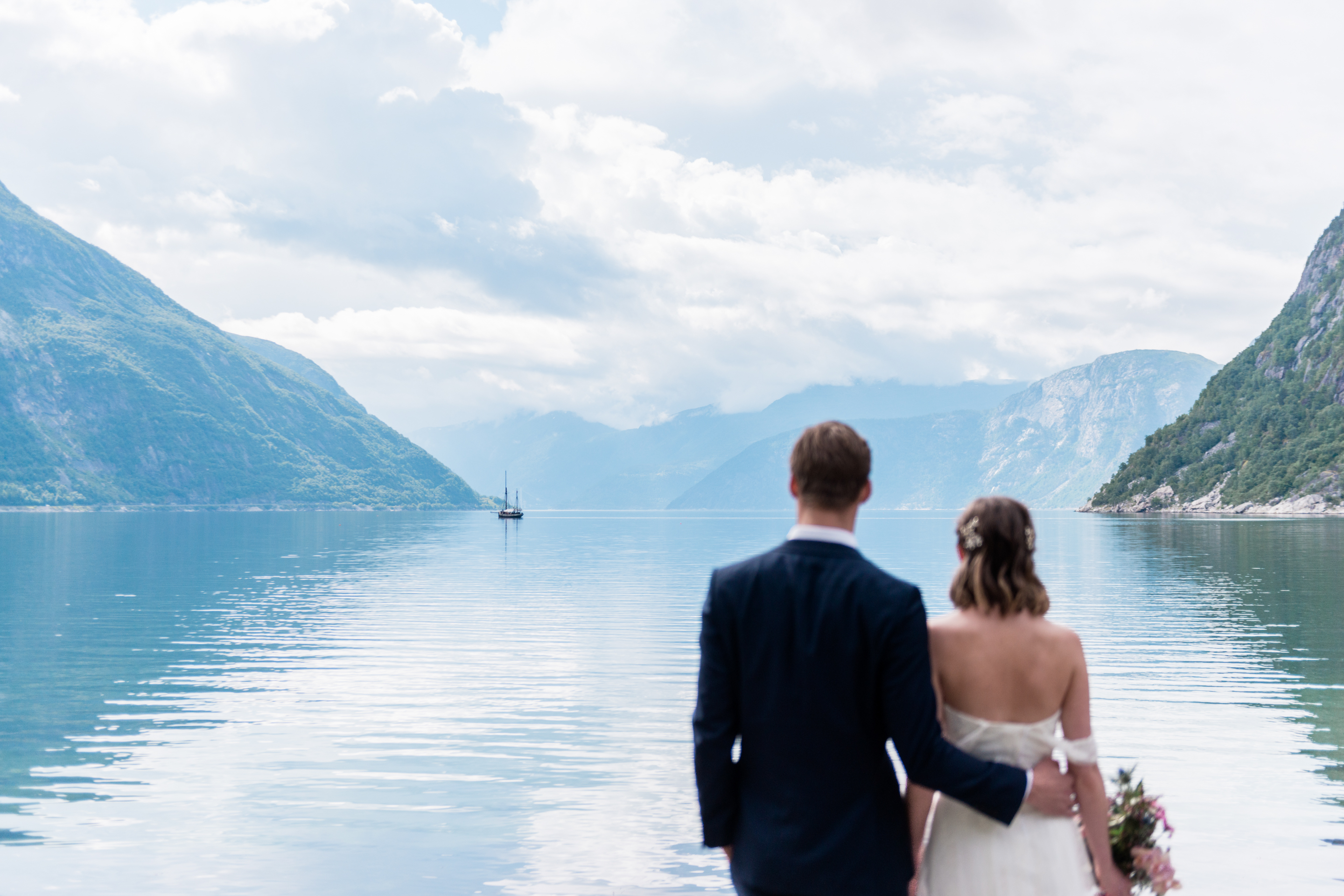Zweden trouwfotograaf - Bride and Groom at a fun wedding in Norway