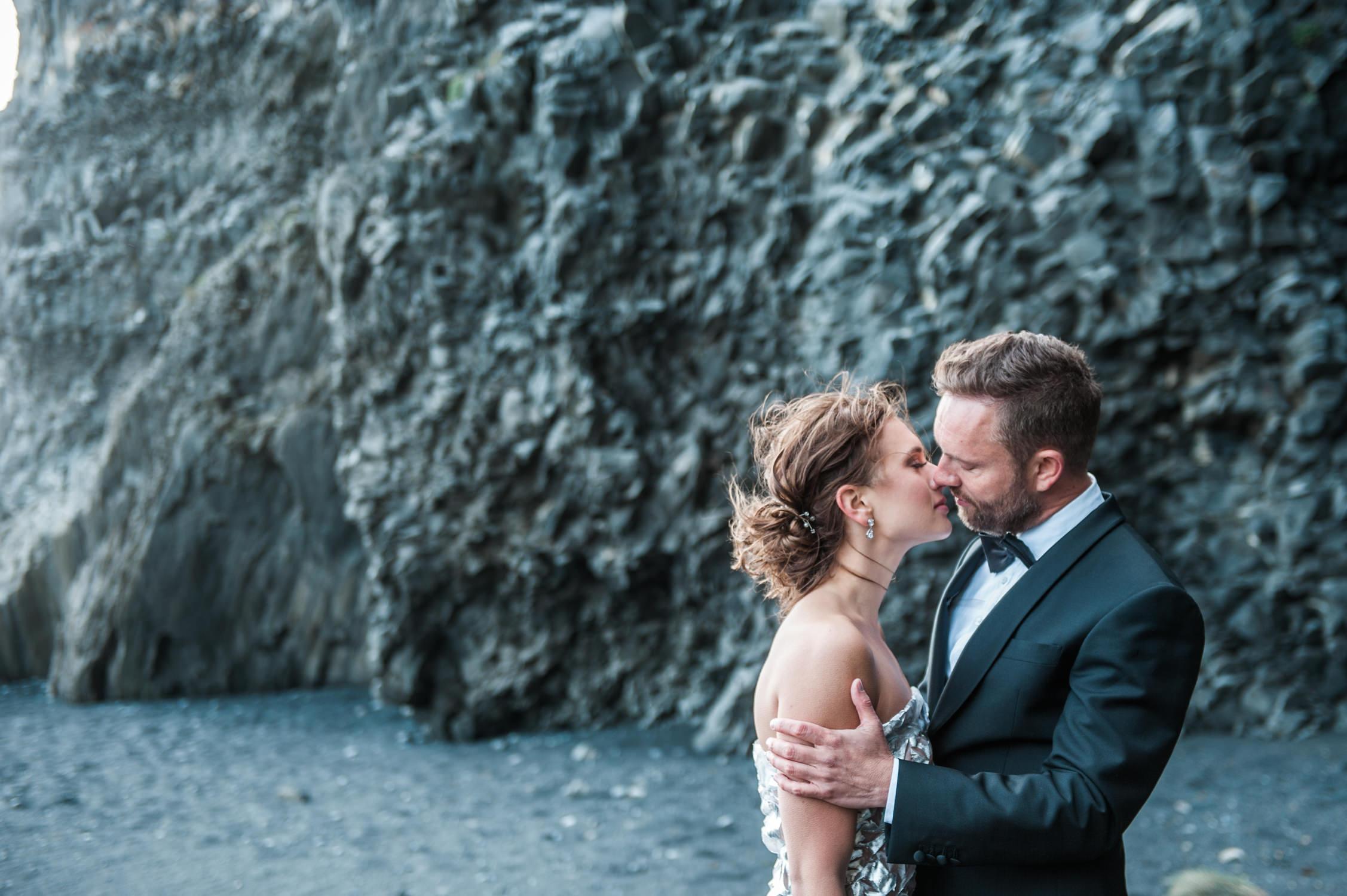 Bruidspaar in IJsland op black sand beach in Vik, vastgelegd door trouwfotograaf IJsland