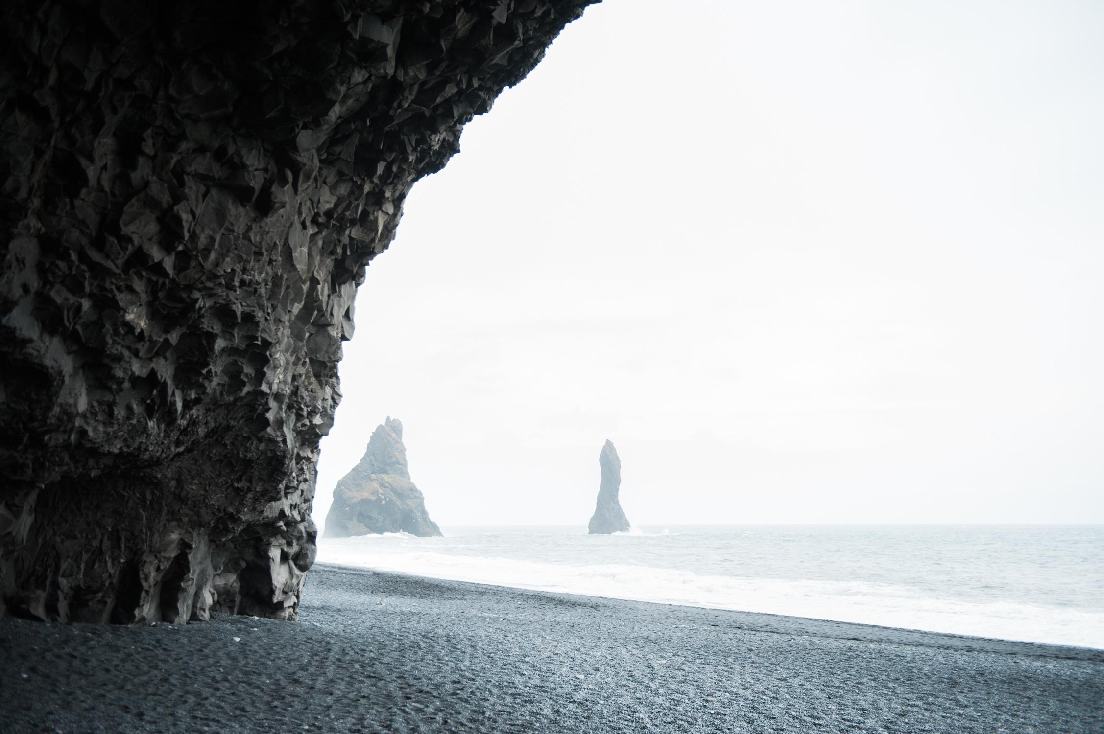 Steenformatie in de zee voor het zwarte strand in Vik op IJsland vastgelegd door fotograaf IJsland