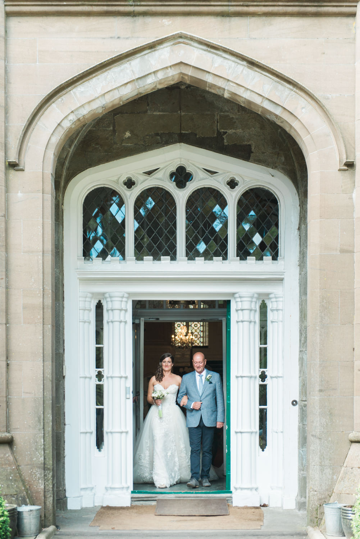 Bruid en haar vader komen uit Drumtochty Castle in Schotland lopen