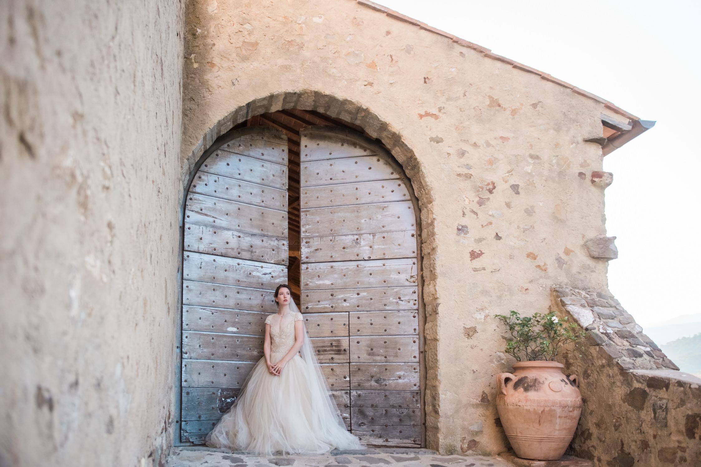 Een bruid in een Maria Lluisa Rabell trouwjurk tijdens een bruiloft gestyled door Honey & Cinnamon Wed