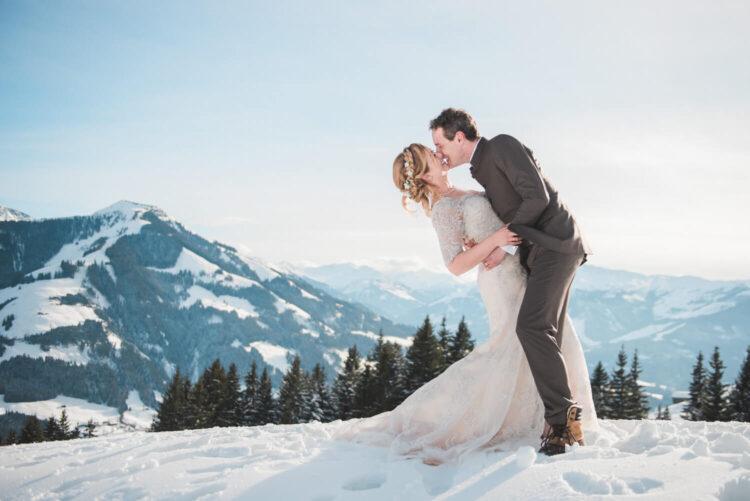 Bruid en bruidegom op een besneeuwde berg in Oostenrijk