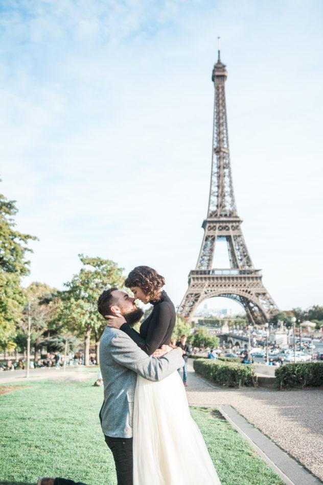 Een echtpaar doen hun aanzoek over voor de Eiffeltoren in Parijs, gefotografeerd door een trouwfotograaf in Frankrijk