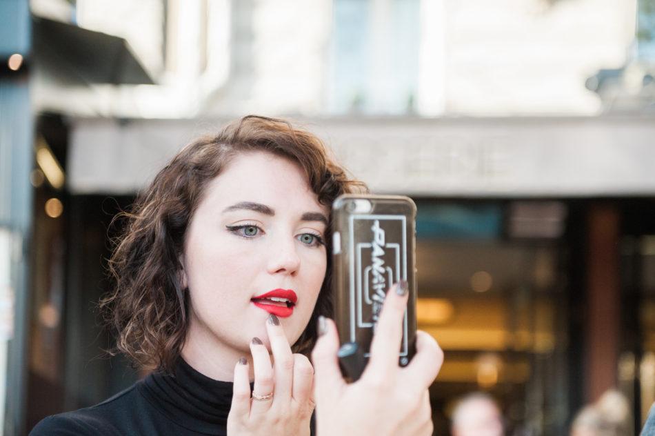 Een meisje in Parijs tijdens een love shoot vastgelegd door een trouwfotograaf in Frankrijk