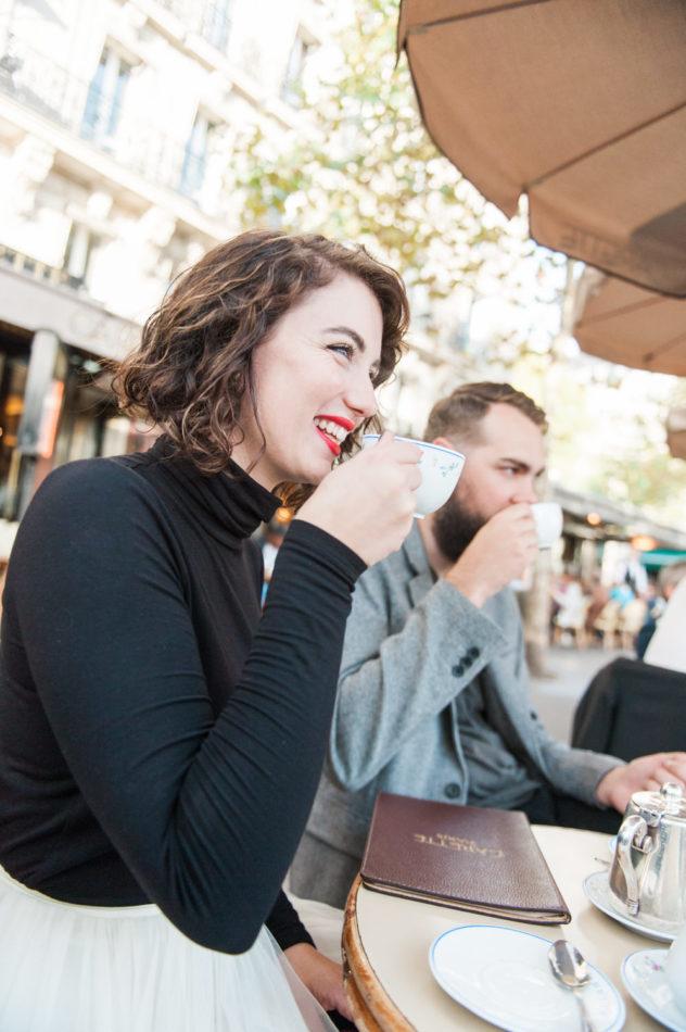 Een koppel bij Cafe Carette, een Parijs cafe, vastgeleged tijdens een love shoot door een trouwfotograaf