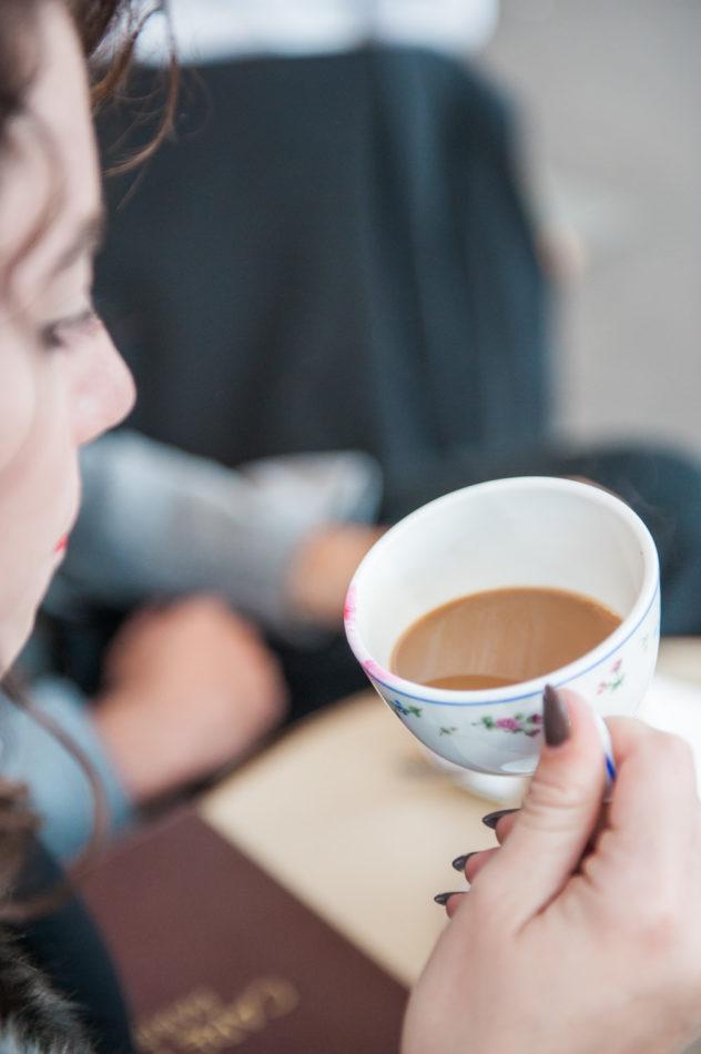 Een lipstick vlek op een kopje in een cafe in Parijs