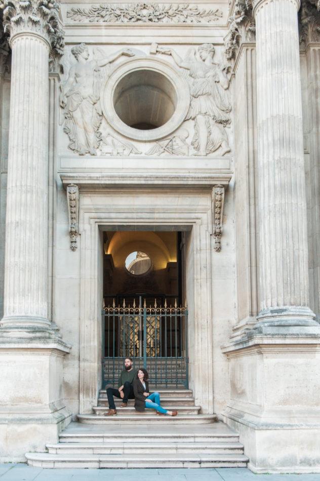 Een man en vrouw gefotografeerd door een trouwfotograaf in Parijs