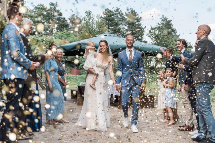Confetti tijdens een trouwerij in Italië, gefotografeerd door een gespecialiseerd bruidsfotograaf