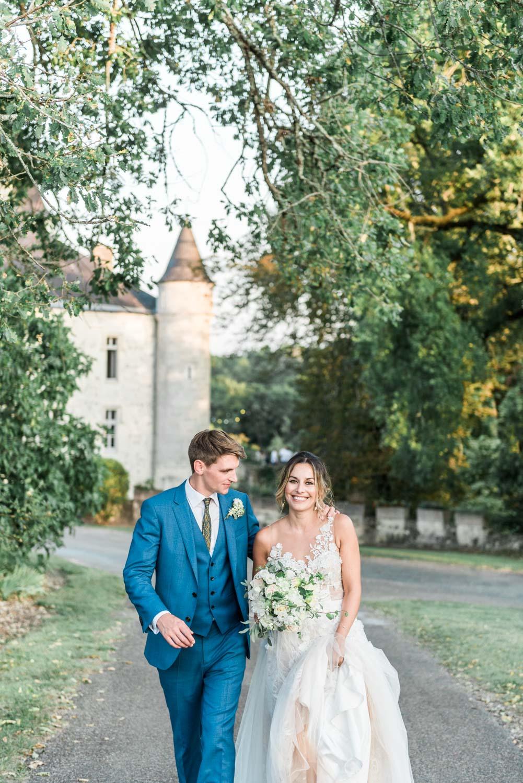 Bruidspaar voor een kasteel in de buurt van Parijs