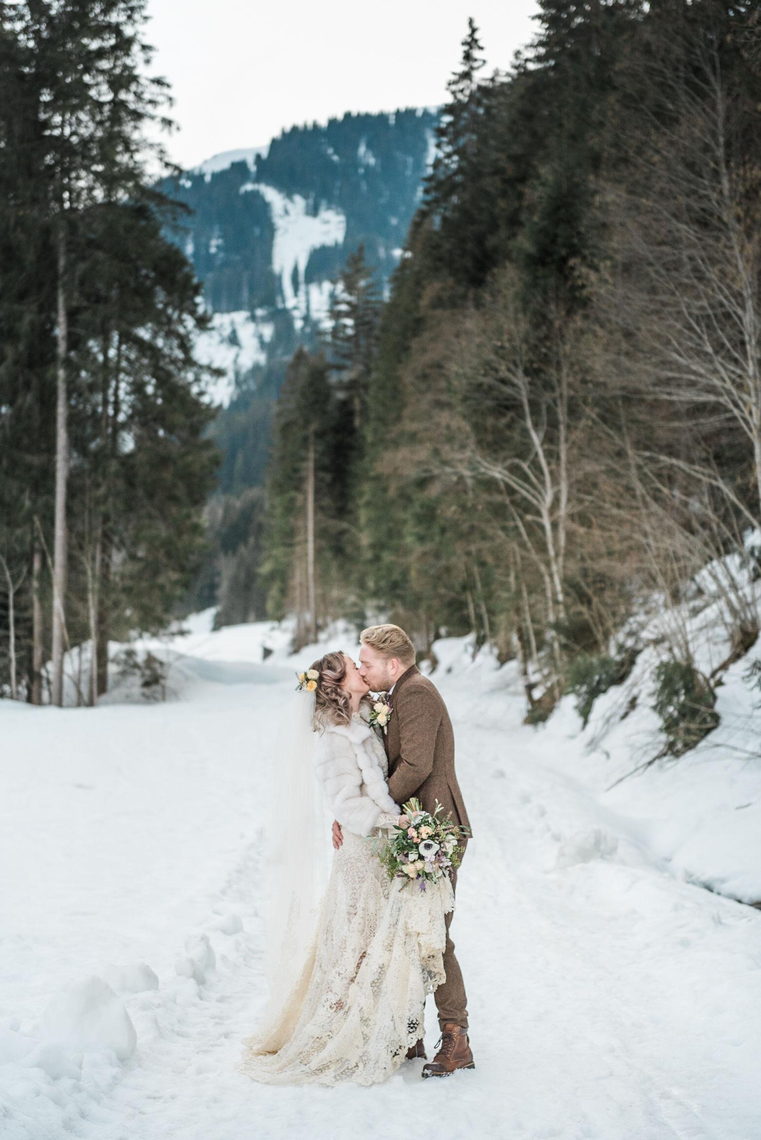 Een bruid en bruidegom tijdens hun winter destination wedding in de Tiroolse bergen