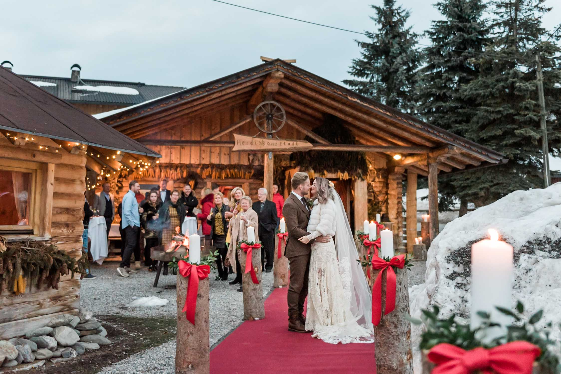 Bruidspaar bij kaarslicht op hun bruiloft in Tirol in Oostenrijk
