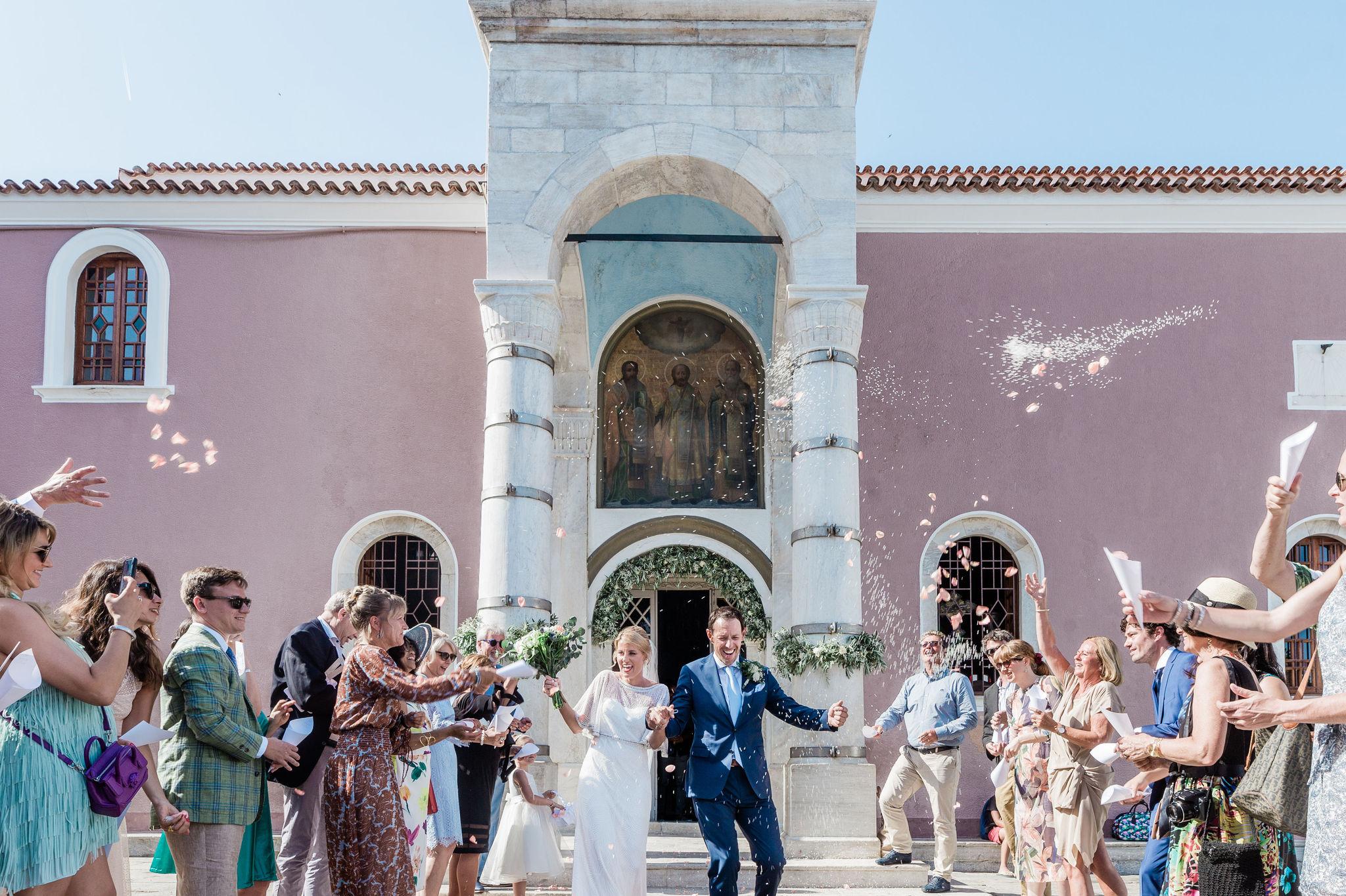 Bruidspaar komt uit hun orthodox Griekse ceremonie gelopen