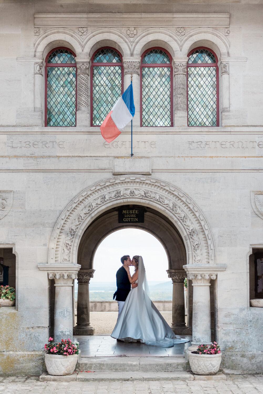 Bruidspaar tijdens bruiloft in Frankrijk