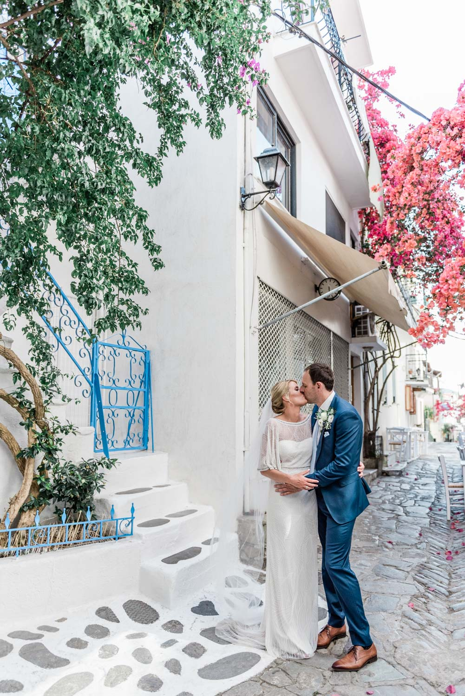Een bruidspaar in een wit straatje op een Grieks eiland