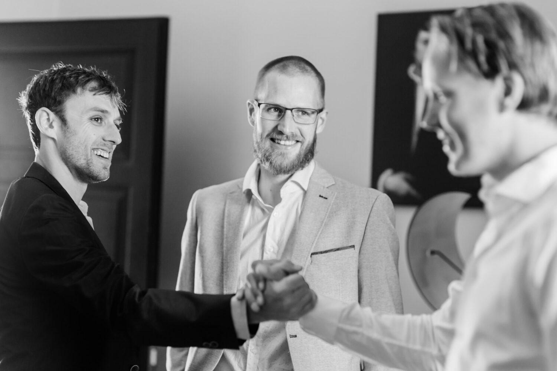 Wat is een best man op een bruiloft? Een bruidegom begroet zijn best man en getuige