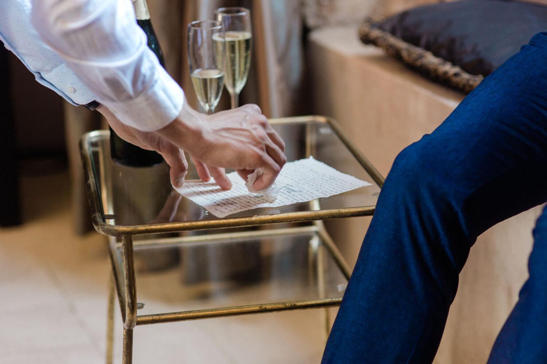 Een best man helpt een bruidegom door het droog maken van zijn geloften met een tissue.