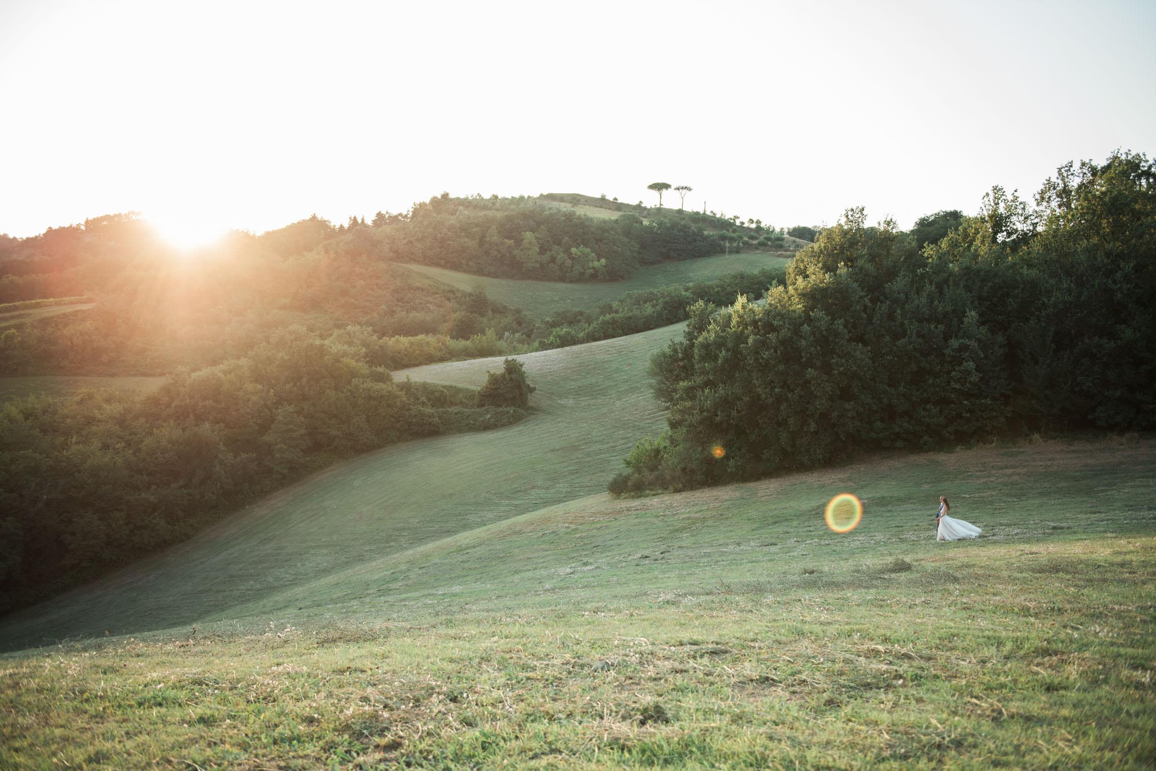Intiem trouwen in Italië - bruidspaar tijdens zonsondergang op hun elopement