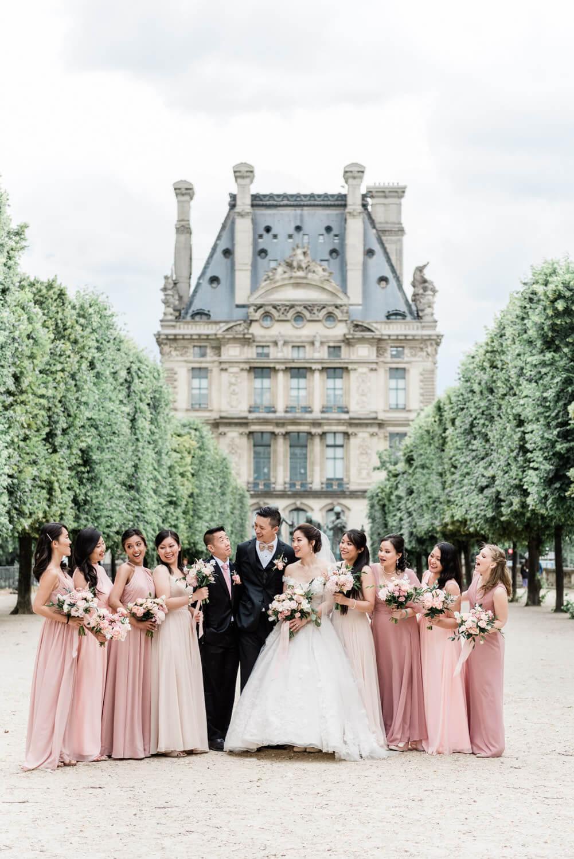 een bruidspaar met hun bruidsmeisjes en best man in Parijs
