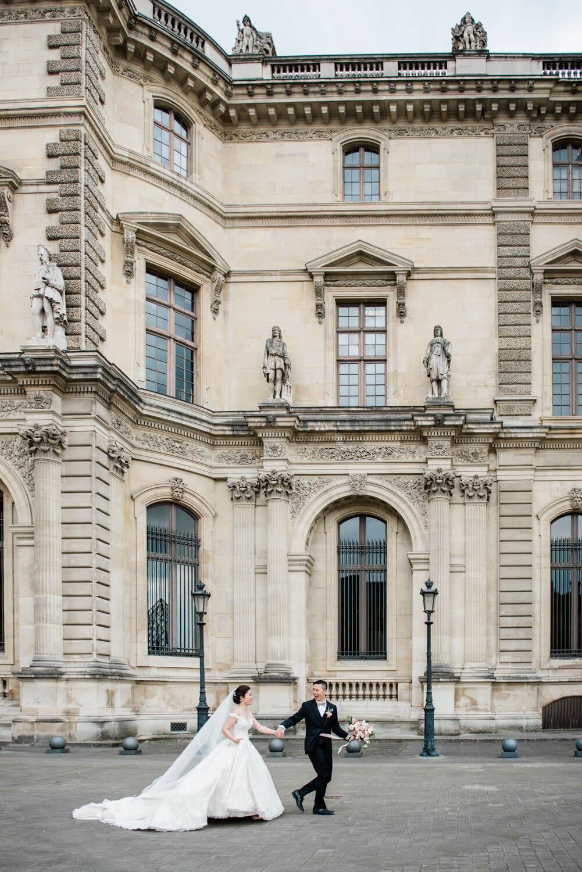 Een lopend bruidspaar tijdens hun bruiloft in Parijs, gefotografeerd door een trouwfotograaf in Parijs