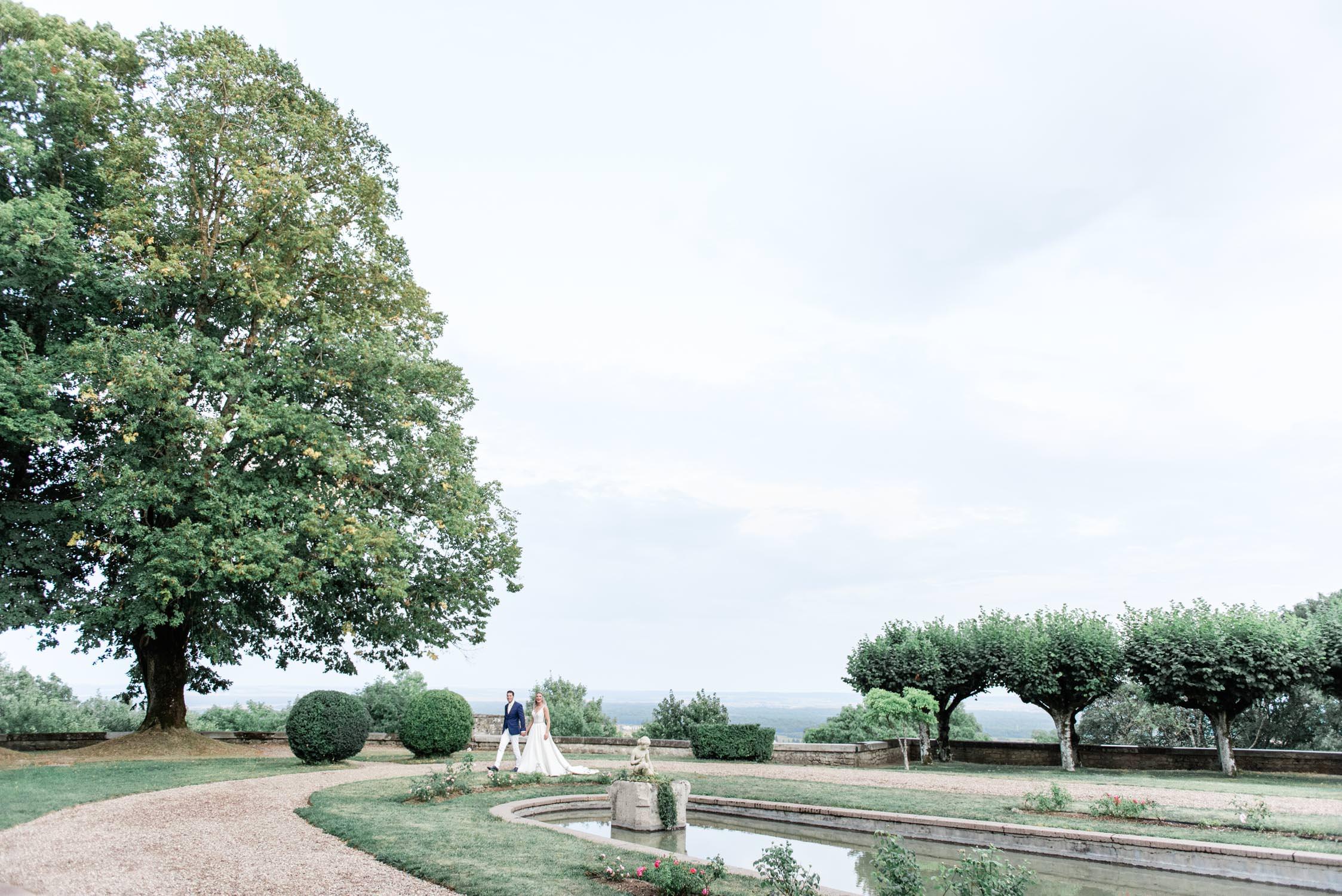 Een bruidspaar dat bij een uitkijk over de Lorraine valley rondloopt