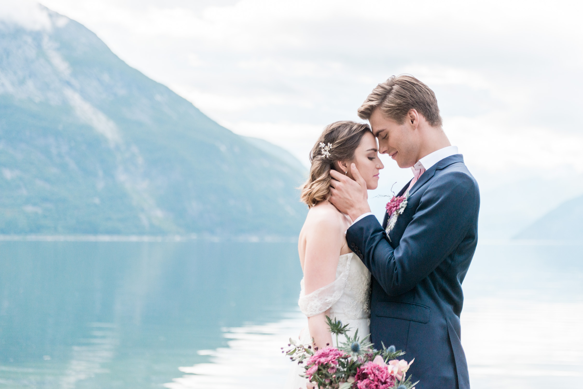 Bruidspaar in een Noors fjord