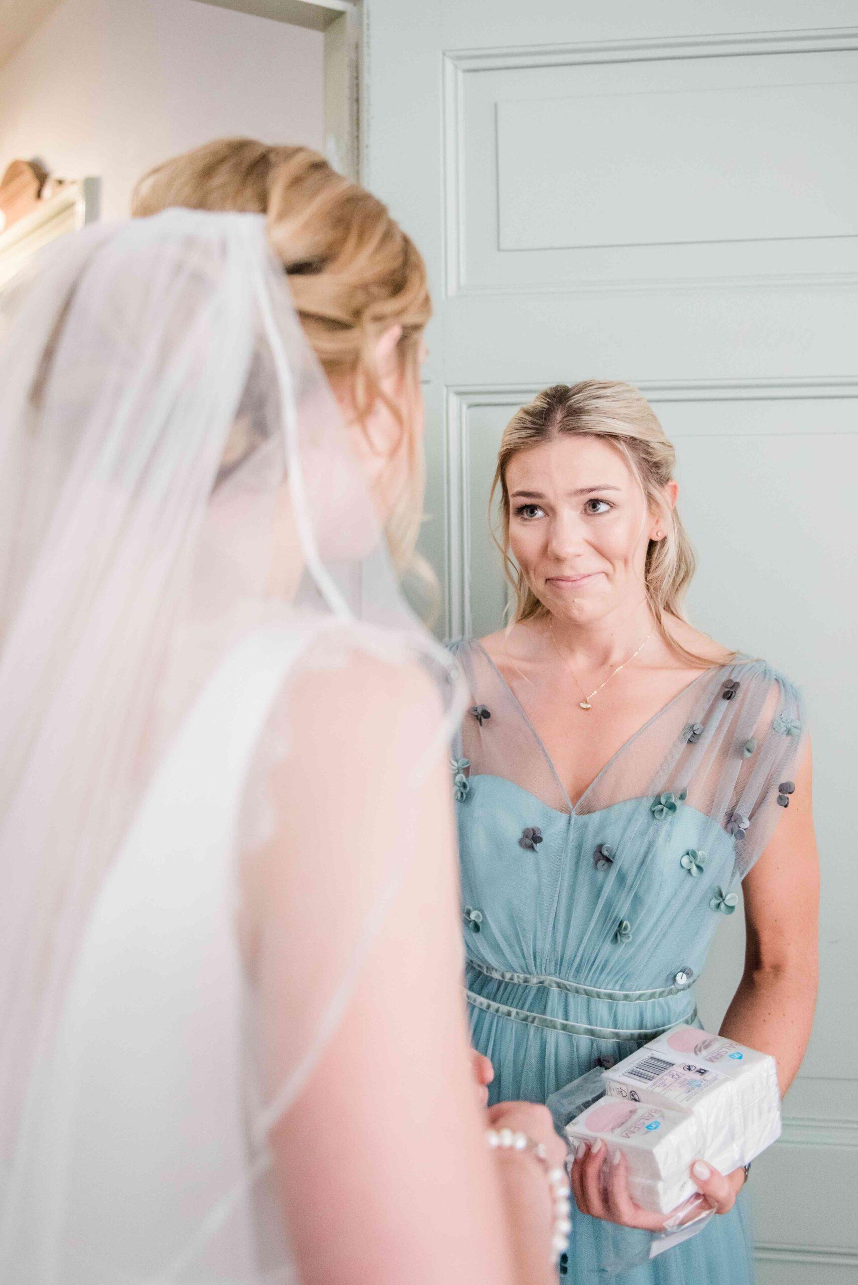 Een bruid met haar bruidsmeisje