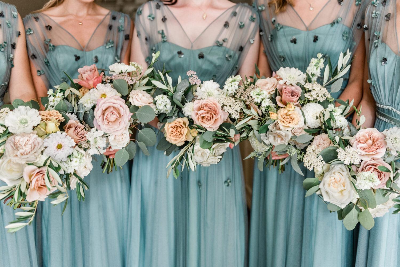 Bruidsmeisjes in turquoise jurkjes met een boeket van Edénique floral design