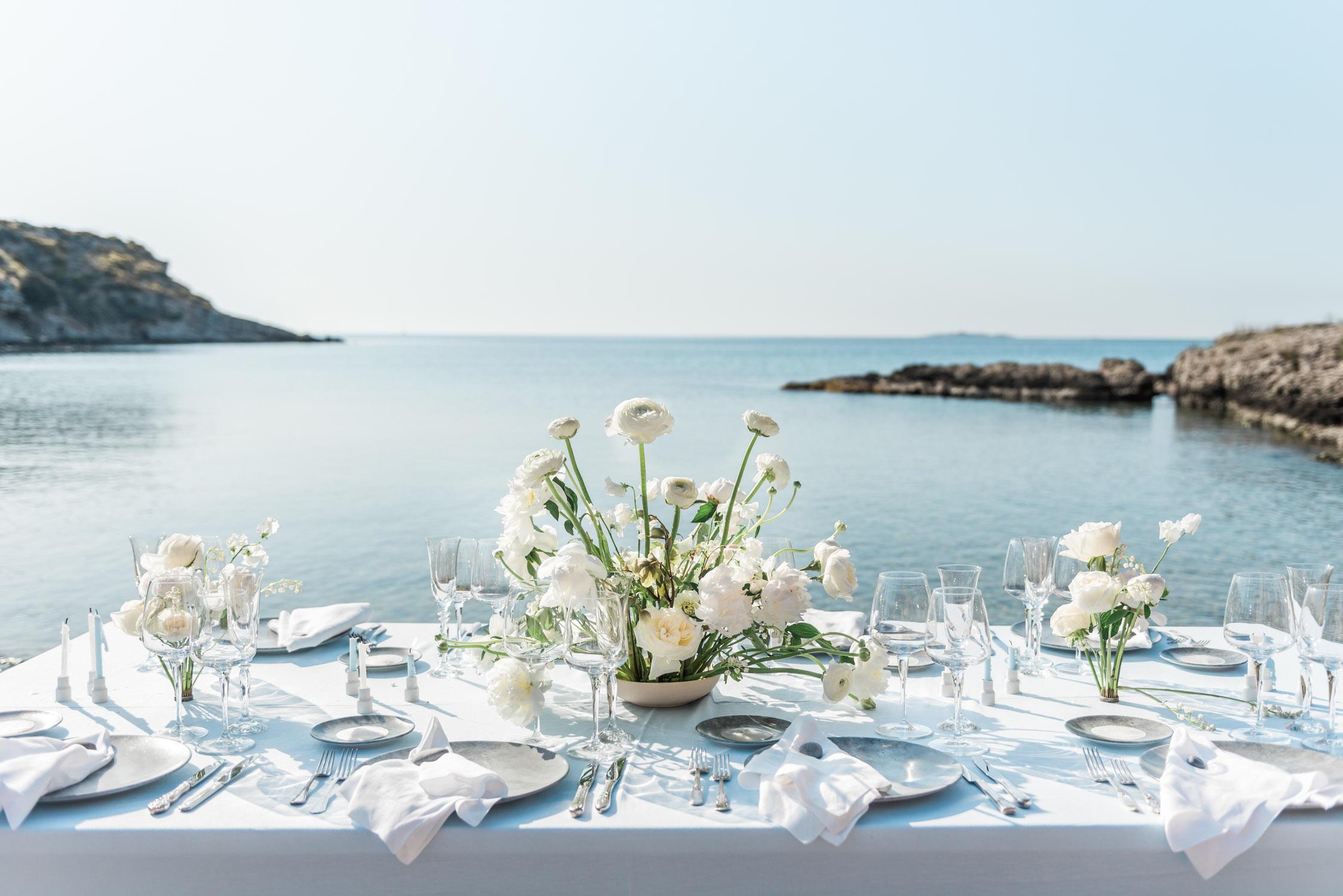 Een tafel gedekt voor het bruidswinner van een intieme bruiloft op een Grieks eiland