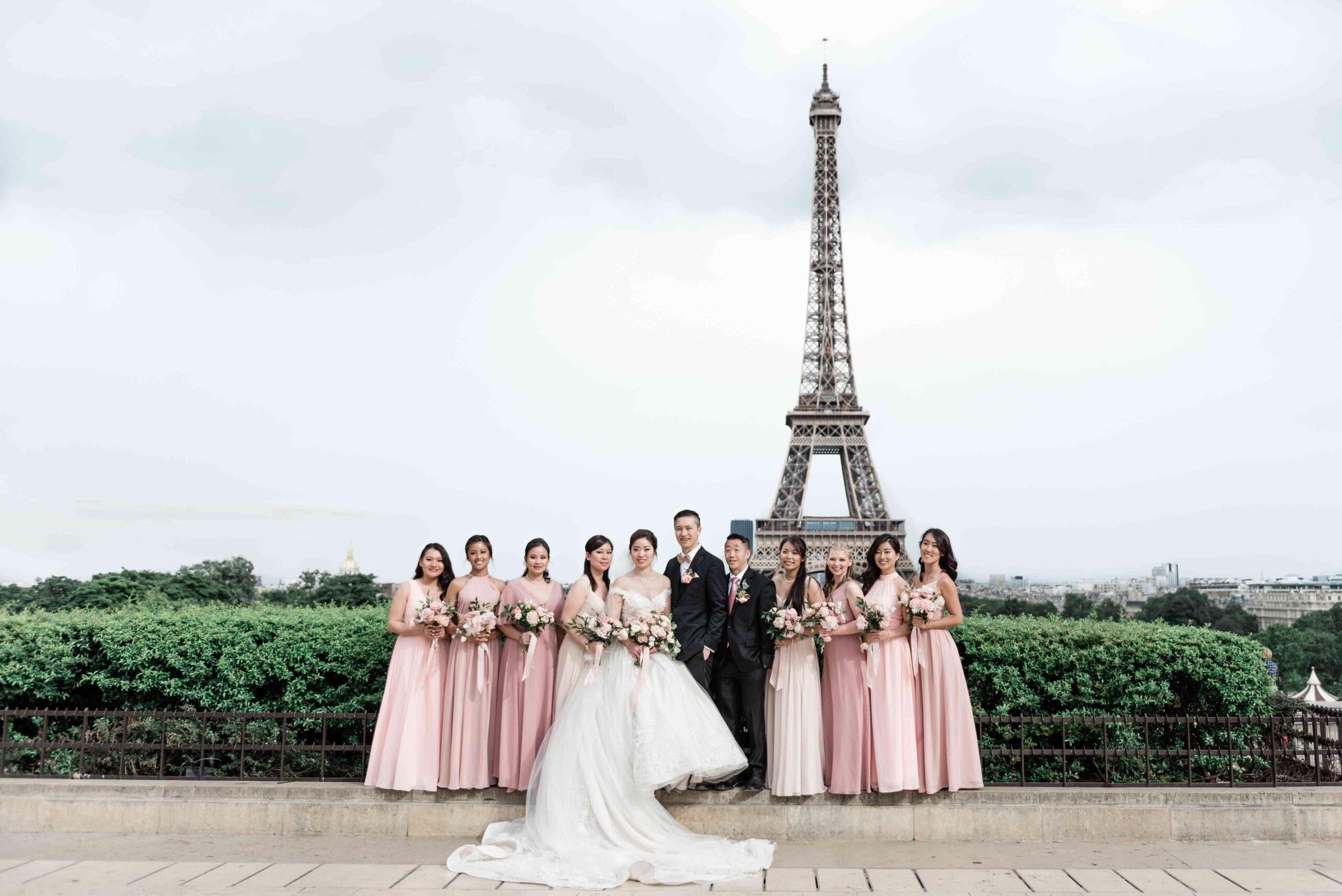Een bridal party voor de Eiffeltoren