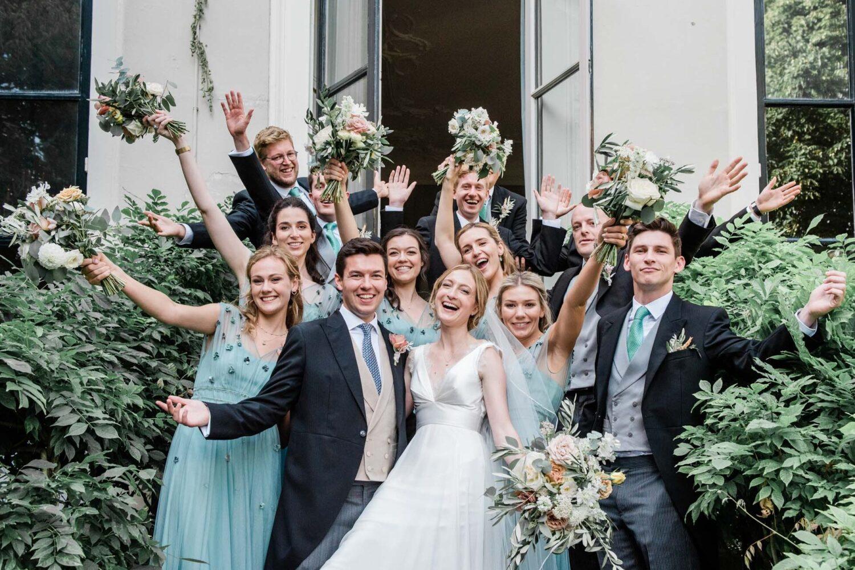 Een Engelse bridal party op de trap van Het Spaanse Hof in Den Haag