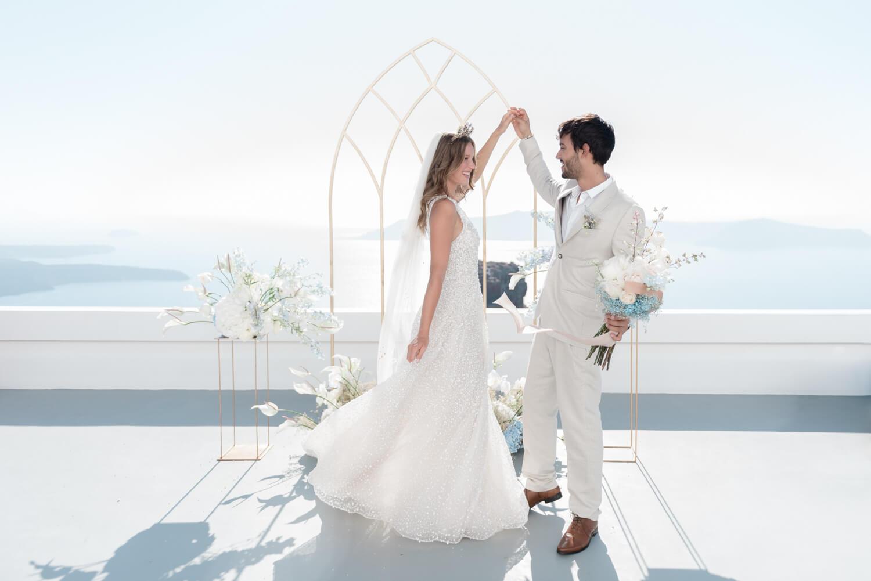 Trouwfotografie in Santorini in Griekenland van een dansend bruidspaar